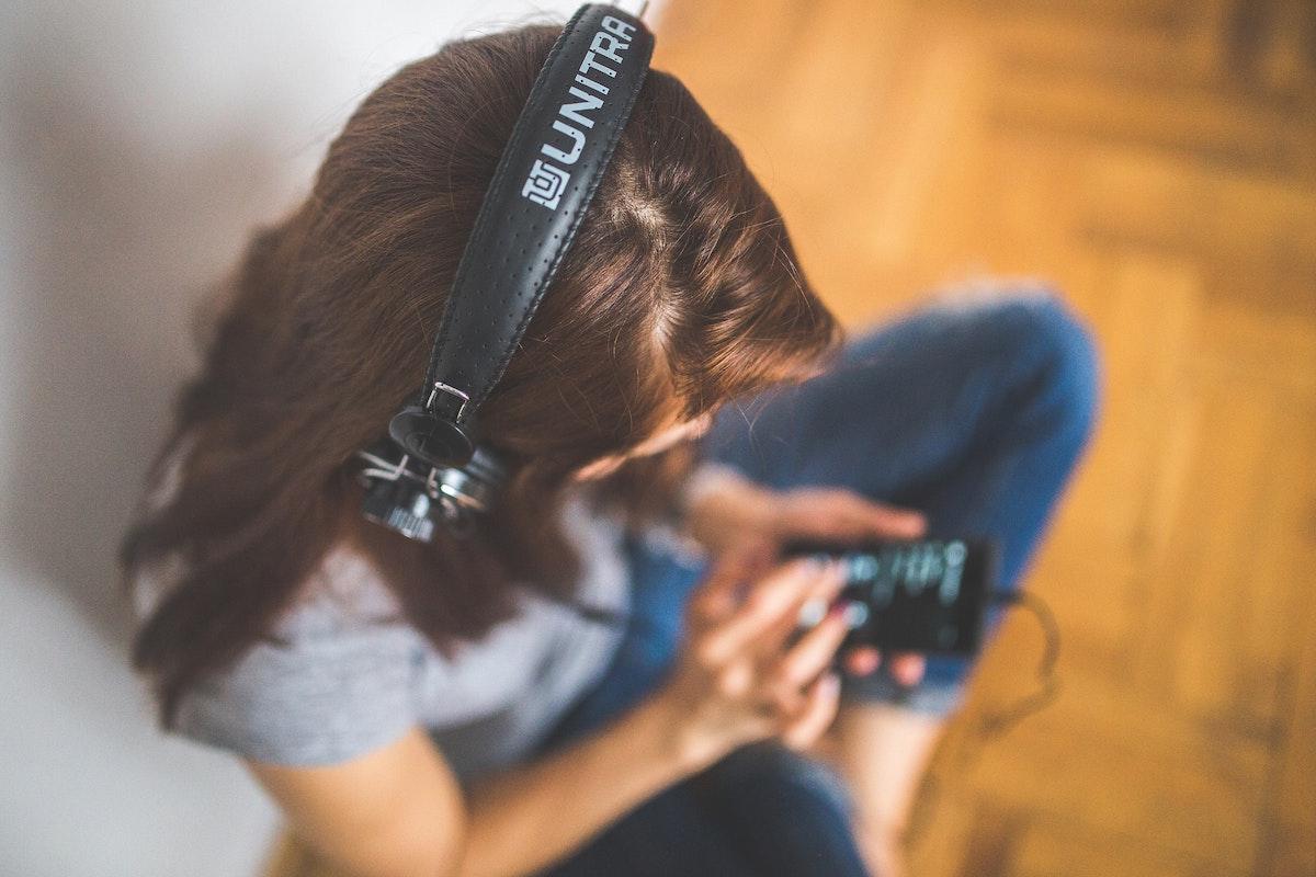 Podcasts-Frau-mit-kopfhoerern-headphones-hören-heilt-zuhören-lernen-Mindset-Mental-Health-Herzmutig-Hoeren-Heilung-Wachsen