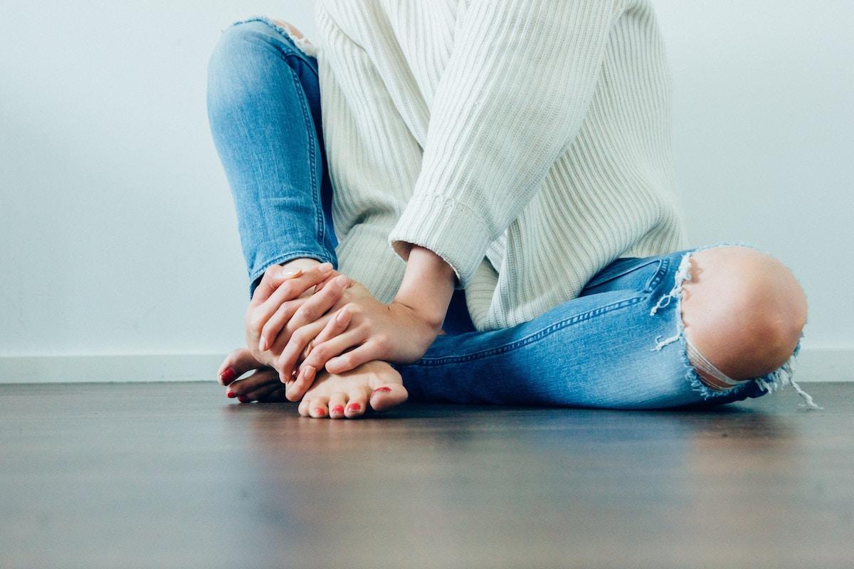 herzmutig-Blog-Antistigmatisierung-Psychosomatik-Erfahrungen-Herzmutig-Blog-Heilung-Psychosomatik-Depressionen-mentale-Gesundheit-Heilung-Mutig-sein-Woman-on-floor-psychosomatik